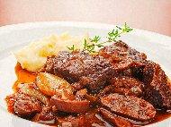 Рецепта Гювеч с телешко месо, печурки, чесън, горчица и доматено пюре на фурна